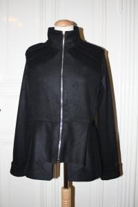 svart drapert jakke